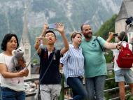 Turistas utilizando sus smartphones para retratarse y hacerse selfies.