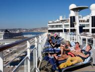 Gente tomando el sol en un crucero.