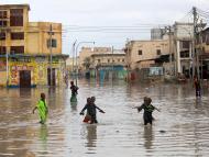 Unos niños juegan en una calle inundada de Mogadishu, en Somalia