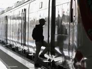Un chico subiendo a un tren