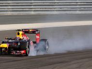 Un coche de Fórmula 1 frena antes de tomar una curva