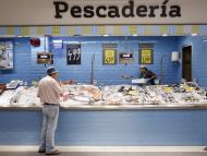 Un hombre mira los productos expuestos en una pescadería de un supermercado de Madrid