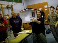 Independentistas junto a una urna del 1-O.