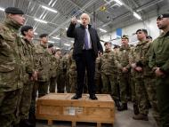 El primer ministro británico, Boris Johnson, da un discurso ante las tropas de la OTAN