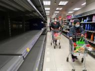 2 mujeres hacen la compra en un supermercado con estanterías vacías en Hong Kong