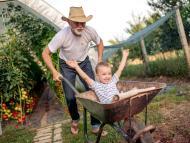 Abuelo junto a su nieto