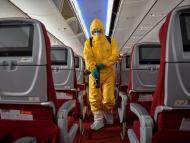 Desinfección de un vuelo de Hainan Airlines, por el brote de coronavirus, en el Aeropuerto Internacional Haikou Meilan en Haikou, China, 7 de febrero de 2020.