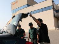 Guardia civil inspeccionando un vehículo.