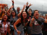Jóvenes millennials en un concierto.
