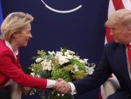 La presidenta de la Comisión Europea, Ursula von der Leyen, estrecha la mano del presidente de EEUU, Donald Trump, en el Foro de Davos 2020