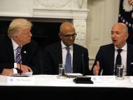 El presidente de EEUU, Donald Trump, en una reunión en la Casa Blanca con los CEO de Microsoft, Satya Nadella, y de Amazon, Jeff Bezos