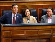 El presidente del Gobierno, Pedro Sánchez, acompañado de los vicepresidentes Carmen Calvo y Pablo Iglesias.