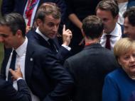 El primer ministro de Portugal, António Costa, el de Grecia, Kiriakos Mitsotakis, el presidente francés, Emmanuel Macron, el primer ministro de Luxemburgo, Xavier Bettel, y la canciller alemana Angela Merkel charlan en corrillos en una cumbre europea