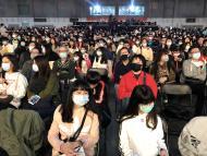 Trabajadores de Foxconn con máscaras en una fiesta de año nuevo en Taipei, Taiwan.