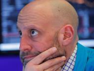 Un trader de bolsa sigue con preocupación los resultados en medio del brote del coronavirus