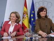Las vicepresidentas del Gobierno Nadia Calviño (izq) y Carmen Calvo (der).
