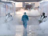 Voluntarios con trajes protectores desinfectan una estación de tren en Changsha, en la provincia de Hunan.