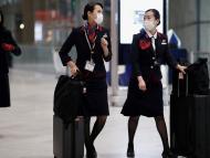 Dos azafatas caminan en un aeropuerto durante el brote de coronavirus.