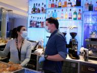 Dos camareros de Vitoria en su bar durante la pandemia de coronavirus