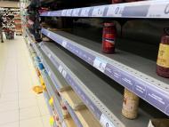Estantes semivacíos en un supermercado de Madrid durante el confinamiento por el coronavirus