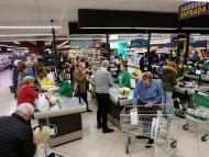 Gente en el supermercado Mercadona