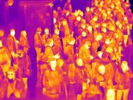 Grupo de personas en una estación de tren