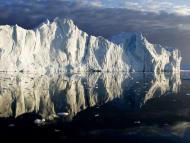 Los icebergs reflejados en el agua de la desembocadura del fiordo helado Jakobshavn, en la costa oeste de Groenlandia.