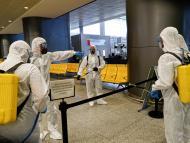Miembros de la UME desinfectan el aeropuerto de Málaga durante la cuarentena por el coronavirus