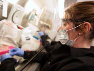 Mujer en un laboratorio.