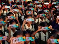 Niños mirando un eclipse solar