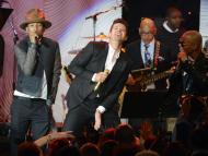 Pharrell Williams, Robin Thicke y T.I. actuando en la Gala Pre-Grammy