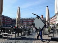 Retiran las terrazas de la Plaza Mayor de Madrid por el coronavirus.