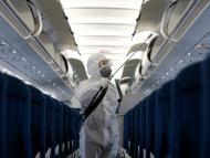 Un trabajador desinfectan un avión de Vietnam Airlines en medio del brote de coronavirus