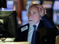 Un trader de la Bolsa de Nueva York mira con preocupación las pantallas que muestran la información de los mercados