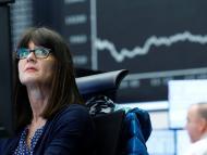 Una trader observa la caída de la cotización en la Bolsa de Fráncfort