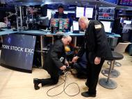 Traders solucionando problemas técnicos en Wall Street.
