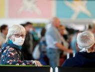Turistas con mascarilla por el coronavirus en el aeropuerto de Gran Canaria.