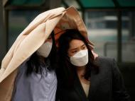 Dos mujeres con mascarillas en Seul, Corea del Sur.