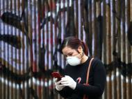 Una mujer comprueba su móvil en Madrid, durante la crisis del coronavirus.
