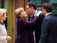 La presidenta de la Comisión Europea, Ursula von der Leyen, la canciller alemana, Angela Merkel, el presidente español, Pedro Sánchez, y el primer ministro luxemburgués, Xavier Bettel, se saludan antes de una cumbre europea