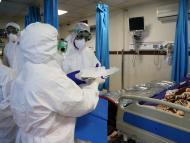 Sanitarios con trajes de protección