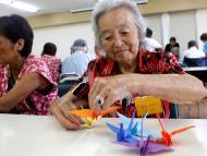 Señora haciendo origami