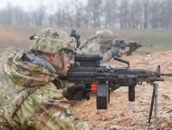 Un soldado estadounidense realiza prácticas de tiro