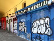 Tiendas cerradas por el estado de alarma por coronavirus en la Plaza Mayor de Madrid