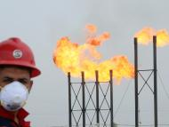 Un trabajador con mascarilla en una refinería de petróleo
