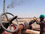 Un trabajador en una refinería de petróleo.