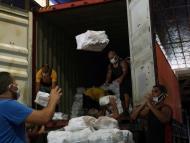 Trabajadores descargan camiones con donaciones  en Río de Janeiro, el 17 de abril de 2020.