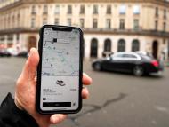 Un usuario utiliza la app de Uber para solicitar un viaje en coche