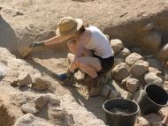 Arqueóloga en unas ruinas