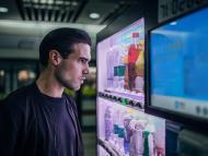 Un chico frente a una máquina expendedora